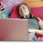 Jeune fille accroc au net