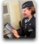 Hotesse British Airways avec iPad